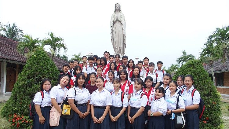 Students hosted by the Mary Queen of Peace parish